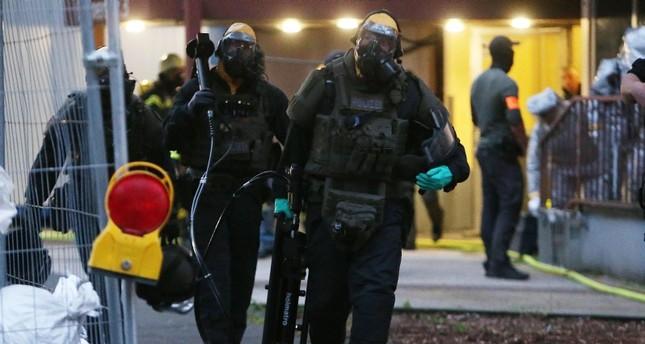 عناصر من المحققين بملابس خاصة في مكان الحادث (الفرنسية)