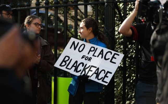 Protestors rally against Virginia Governor Ralph Northam outside of the governors mansion in downtown Richmond, Virginia on February 4, 2019. (AFP Photo)