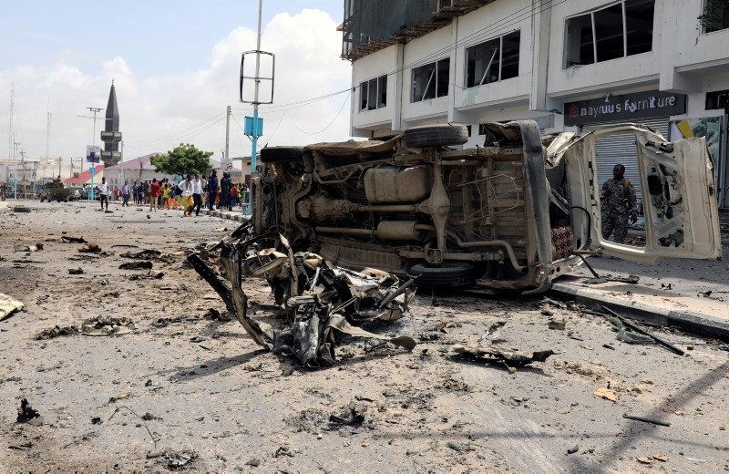 Destroyed vehicles are seen at the scene of a suicide car bombing near Somalia's presidential palace in Mogadishu, Somalia. (Reuters Photo)