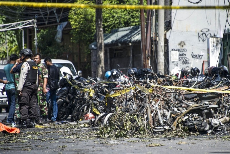 Police and soldiers examine a site following attacks outside the Surabaya Centre Pentecostal Church (Surabaya Gereja Pantekosta Pusat) in Surabaya, East Java, Indonesia, May 13, 2018. (AFP Photo)