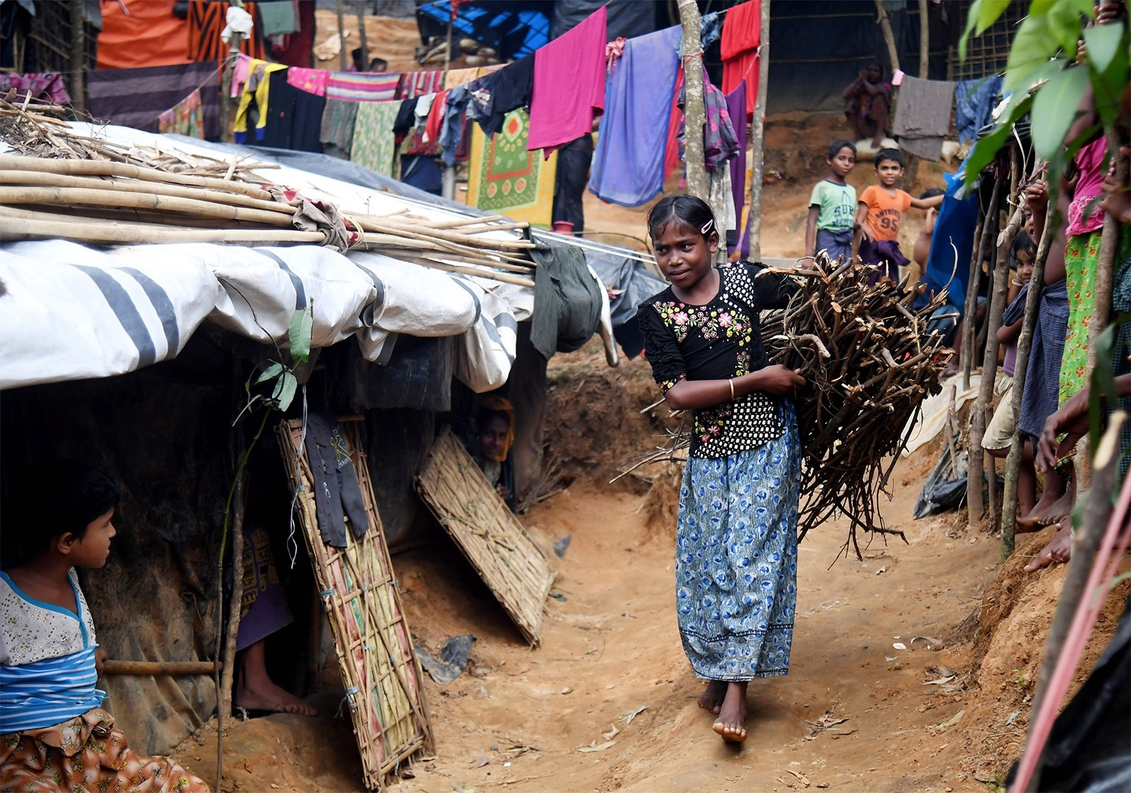 This picture taken November 4, 2017 shows ten-year-old Rohingya refugee Tahera Begum returning home after collecting fire-wood at the Balukhali refugee camp in Bangladesh's Ukhia district (AFP Photo)