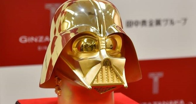 An employee of Japan's jeweler Tanaka Kikinzoku Jewelry displays a pure gold life size mask of Darth Vader, a character in the Star Wars, at their main shop in Ginza shopping district in Tokyo on April 25, 2017. (AFP Photo)