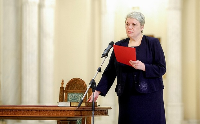 Sevil Shhaideh is sworn in for the position of minister for regional administration and public administration, in Bucharest, Romania, May 20, 2015. Picture taken May 20, 2015. (Reuters Photo)