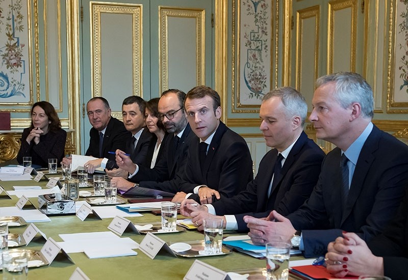 French President Emmanuel Macron (C) flanked by PM Edouard Philippe (5-L), Ecology Minister Francois de Rugy (2-R) and Finance Minister Bruno Le Maire (R) attends a meeting at the Elysee Palace, Nov. 27, 2018. (Reuters Photo)