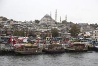 بائعو سندويش السمك في إمينونو جزء من هوية إسطنبول