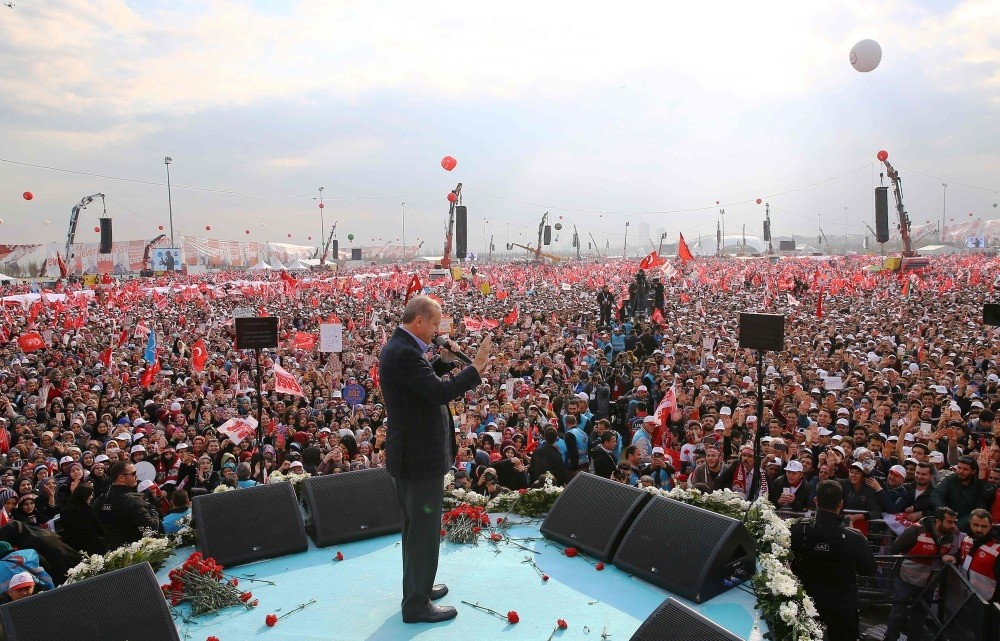 President Erdou011fan delivering a speech during a campaign rally for the ,yes, vote in Sunday's constitutional referendum at the Yenikapu0131 Square in Istanbul, April 8. (AFP Photo)