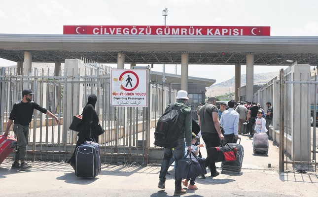 People head to Syria from the Cilvegözü border crossing.