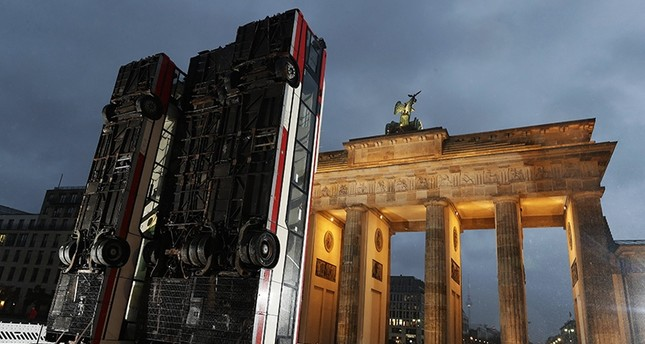 General view of the installation of the artwork 'Monument', created with three buses propped up vertically by Syrian-German artist Manaf Halbouni in front of the landmark Brandenburg Gate in Berlin, Germany, 10 November 2017. (EPA Photo)