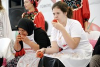 Putting dispute aside, Turks, Russians compete in tomato eating
