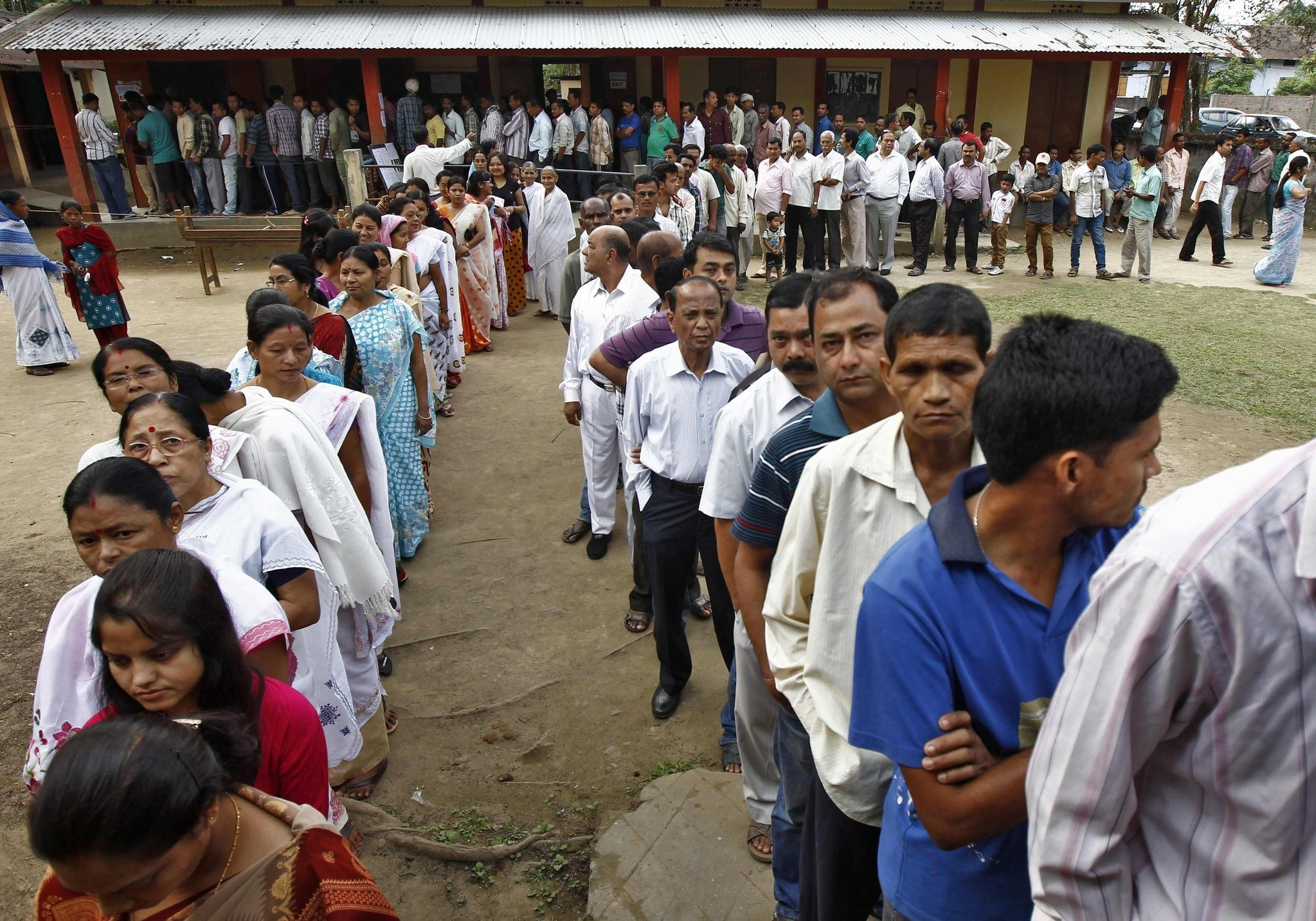 People line up to cast their vote outside a polling station in Nakhrai village in Tinsukia district in the northeastern Indian state of Assam April 7, 2014. (REUTERS Photo)