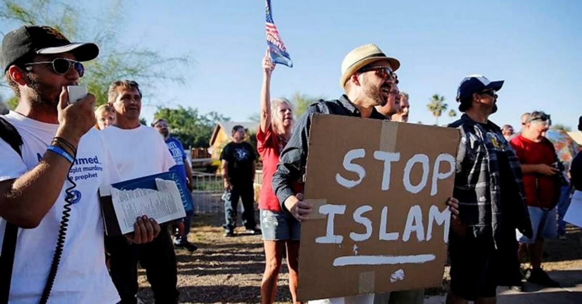 Demonstrators shoutat an anti-Islam rally outside the Islamic Community Center in Phoenix, Arizona, May 29, 2015. (FILE Photo)