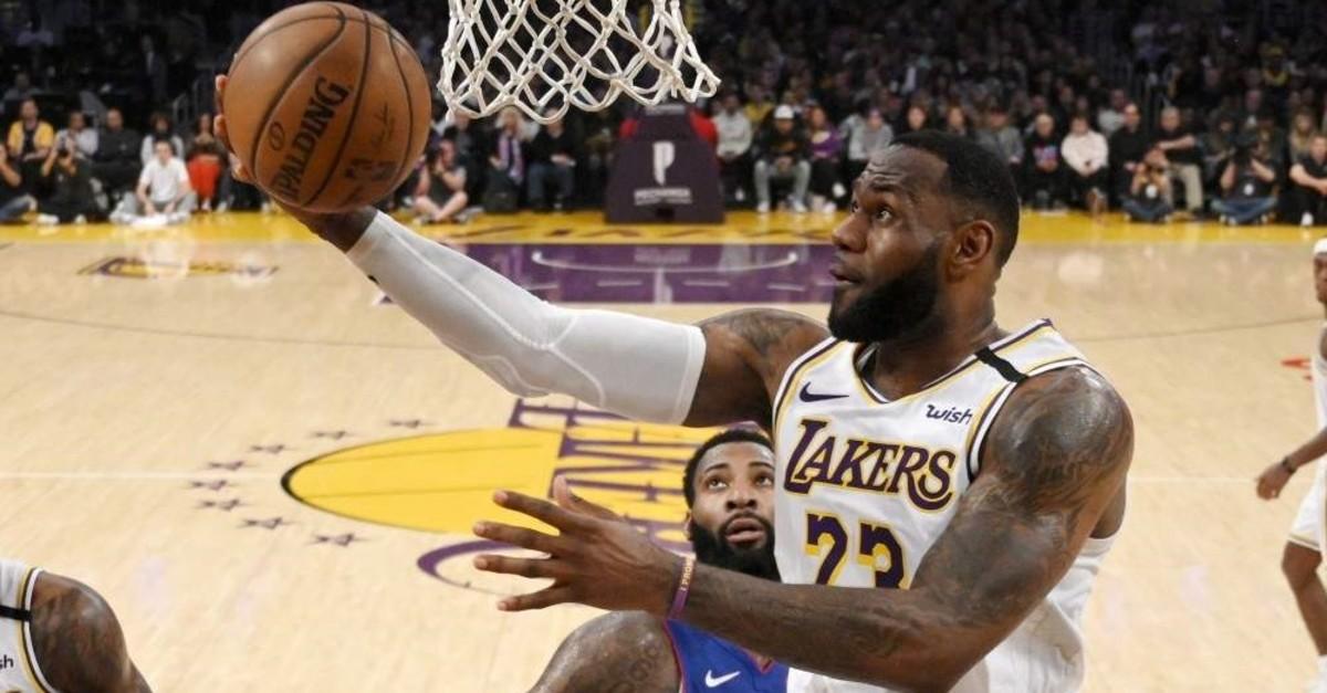 Los Angeles Lakers' LeBron James (R) shoots as Detroit Pistons' Andre Drummond defends, Los Angeles, Jan. 5, 2020. (AP Photo)