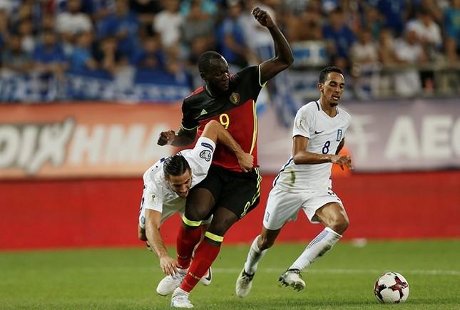 Belgium's Romelu Lukaku in action with Greece's Kostas Manolas (L) and Zeca. (Reuters Photo)