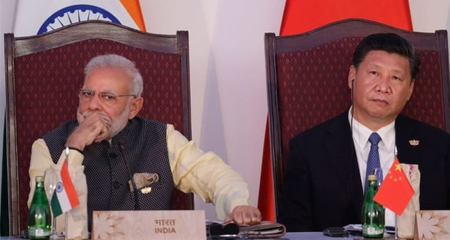 Indian Prime Minister Narendra Modi (L) and Chinese President Xi Jinping (R).
