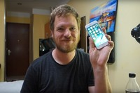 Scotty Allen, ein Softwareentwickler, baute sich sein eigenes iPhone aus Ersatzteilen, die er sich in China gekauft hat.  Allen verbrachte seine letzten neun Monate in der chinesischen Provinz...