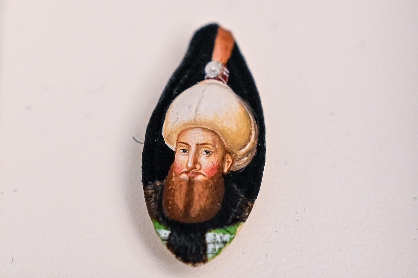 Фруктовые косточки и рисинки: удивительные работы турецкого художника-миниатюриста