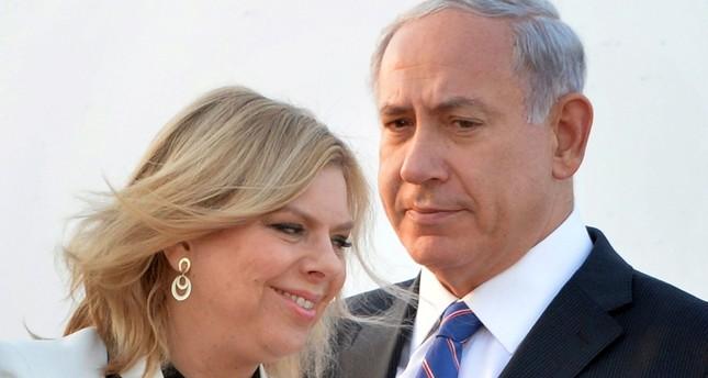 سارة نتنياهو مع زوجها رئيس الوزراء الإسرائيلي (الفرنسية)