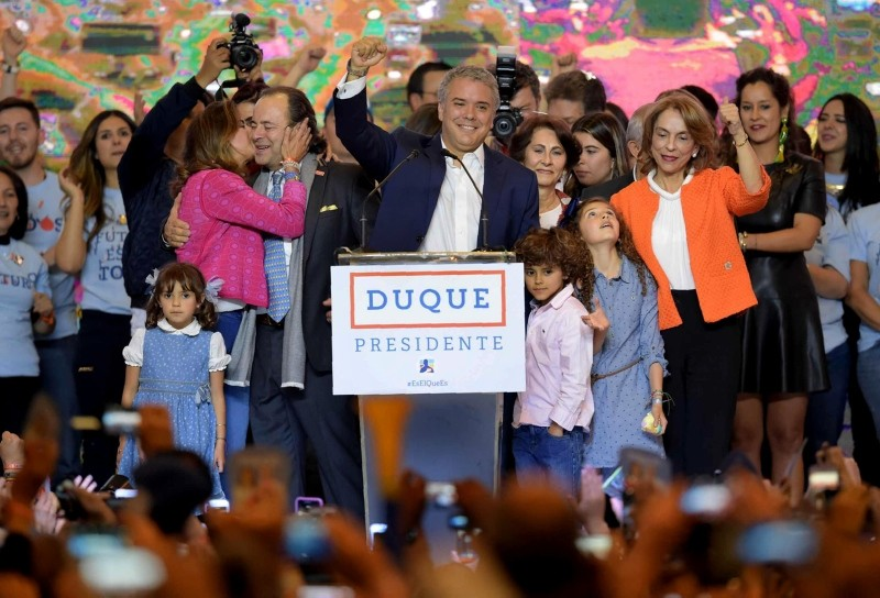 Newly elected Colombian president Ivan Duque (C) celebrates with supporters in Bogota, after winning the Colombian presidential election on June 17, 2018. (AFP Photo)