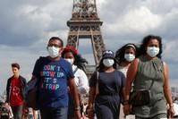 أناس يرتدون الأقنعة في باريس رويترز