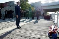 الرئيس الفرنسي ماكرون يضع إكليلا من الزهور في الضواحي الباريسية على ضفاف نهر السين بالقرب من جسر بيزون إحياءً لذكرى مجزرة فرنسية ضد متظاهرين جزائريين بقلب باريس قبل 60 عاما رويترز
