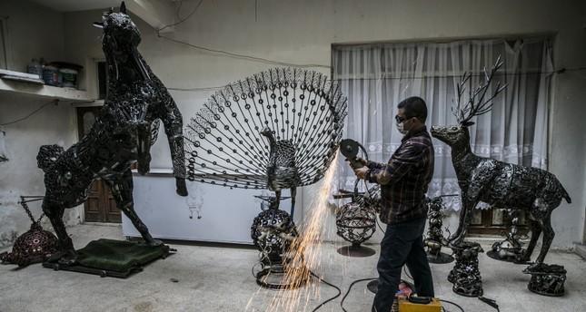 لمسة فنان تركي تحول بقايا السيارات إلى قطع فنية