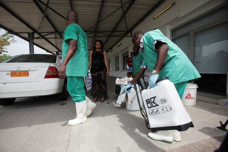A health worker sprays a colleague with disinfectant during a training session for Congolese health workers to deal with Ebola virus in Kinshasa October 21, 2014. (REUTERS Photo)