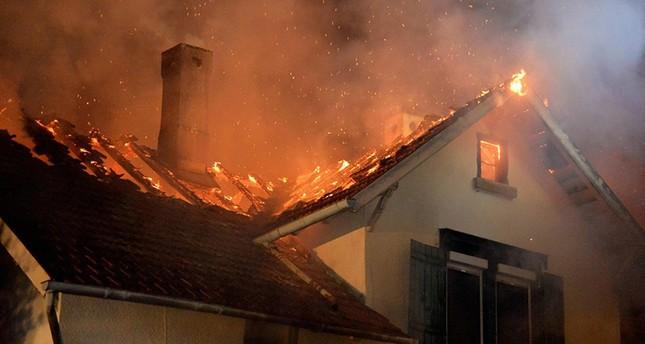 Am 24. August brennt in Weissach ein leerstehendes Flüchtlingslager ab. (DPA Foto)
