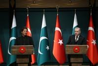 أرشيفيىة.. رئيس الوزراء الباكستاني عمران أثناء زيارته أنقرة