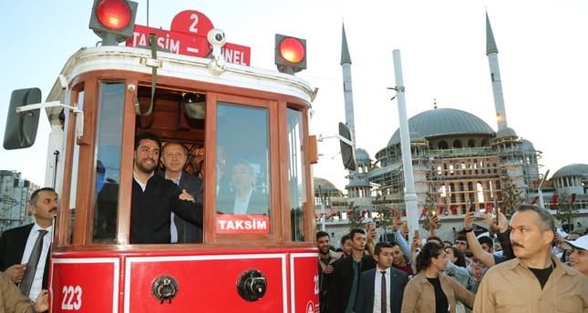 الرئيس أردوغان يستقل الترام التاريخي للمدينة القديمة داخل إسطنبول