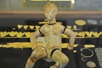 """Eine 3.000 Jahre alte Marionettenpuppe, die im """"Medusa Glaswerk-Museum"""