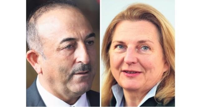 Foreign Minister Mevlüt Çavuşoğlu (L) and his Austrian counterpart Karin Kneissl