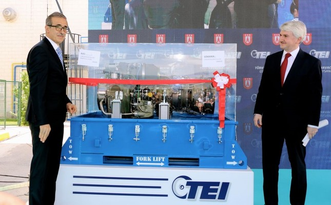 Def. Industries Pres. İ. Demir (L) and TUSAŞ Engine Industries General Manager M.F. Akşit participated in the ceremony held for the delivery of first domestically developed turboshaft engine that will power the domestic Black Hawk helicopters to TAI