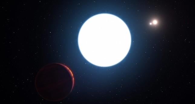 اكتشاف نادر ومثير: كوكب بثلاثة شموس