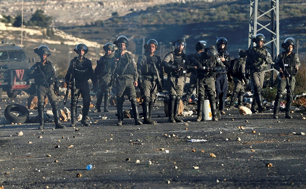 Israeli police officers take a position near the illegal settlement of Beit El, near the West Bank city of Ramallah December 8, 2017. (REUTERS Photo)