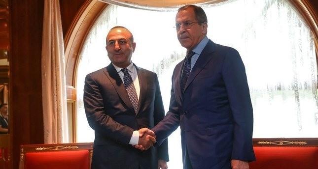 وزير الخارجية التركي جاووش أوغلو ونظيره الروسي لافروف   (EPA)