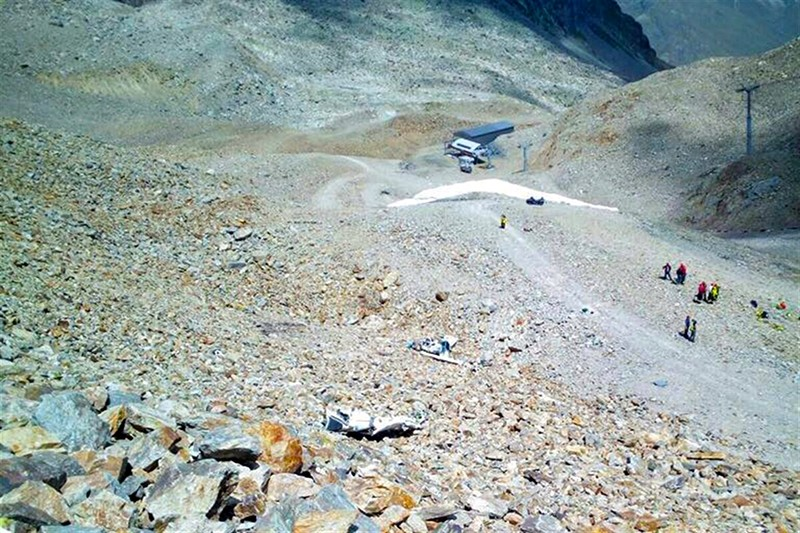 A handout photo made available by the Graubunden Canton Police shows a general view over the crash sitewith debris of a small aircraft near Pontresina in the Diavolezza area, Switzerland, August 4, 2017. (EPA Photo)