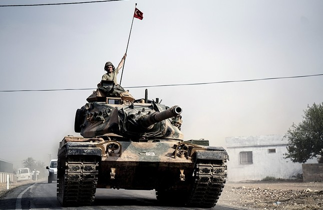 Turkish army tanks and armored personnel carriers move toward the Syrian border, in Karkamış, Turkey, Thursday, Aug. 25, 2016. (AP Photo)