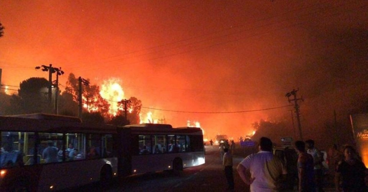 Guests are evacuated from seaside hotels in Izmiru2019s Menderes district as smoke from wildfires blows into vacation towns. (IHA Photo)