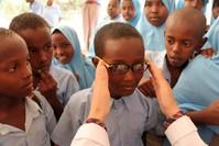 نسبة كبيرة من الطلاب لا يستطيعون شراء النظارات الطبية لغلائها (الأناضول)