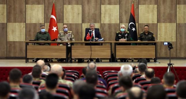 خلوصي أقار خلال لقائه الجنود العاملين في ليبيا بحضور رئيس الأركان الليبي محمد الحداد الأناضول