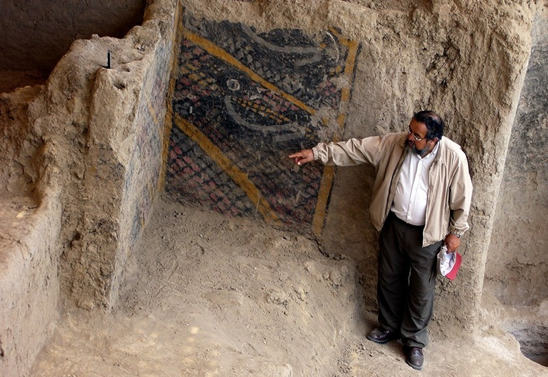 This handout file photo taken and released by Peruvian national news service Andina on Nov. 10, 2007 shows Peruvian archaeologist Walter Alva pointing what is supposed to be the most ancient mural painting in America (AFP Photo)