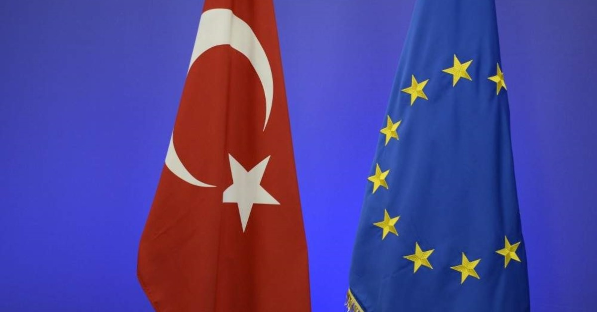 The Turkish national flag (L) and the EU flag are pictured ahead of a summit on relations between the European Union and Turkey and on managing the migration crisis, Brussels, Nov. 29, 2015. (AFP File Photo)