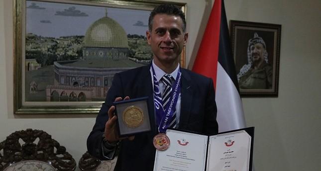 عباس يمنح رياضياً تركياً ميدالية فلسطين الذهبية