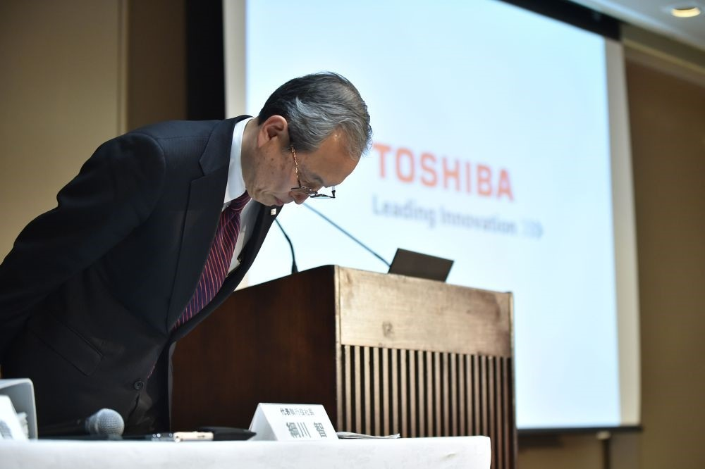 Toshiba Corp. President Satoshi Tsunakawa bows at the beginning of the press conference at the company's headquarters in Tokyo yesterday.