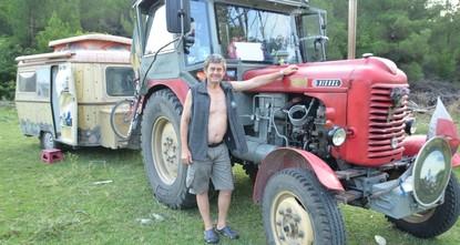 مزارع نمساوي يصل تركيا على متن جراره خلال رحلة أوروبية طويلة