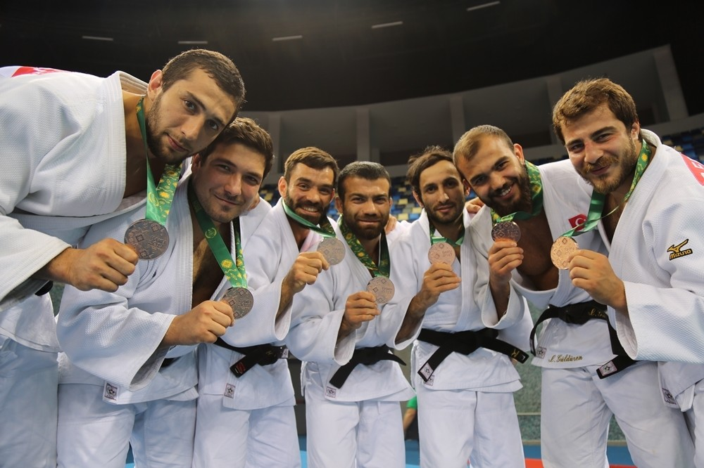 Turkish national Judo team members pose with their medals at the Islamic Solidarity Games in Baku on May 15, 2017. (DHA Photo)