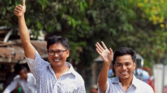 Reuters journalists Wa Lone (L) and Kyaw Soe Oo gesture as they walk to Insein prison gate after being freed in a presidential amnesty in Yangon on May 7, 2019. (AFP Photo)