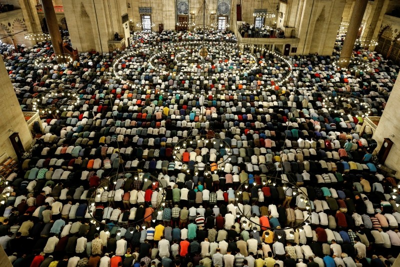 Turkey's Muslims offer prayers  at the Süleymaniye Mosque