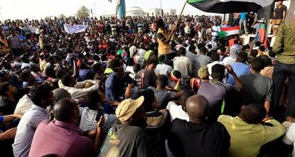 قوى الحرية والتغيير تتهم المجلس العسكري السوداني بأنه امتداد للنظام السابق وتعلق التفاوض معه