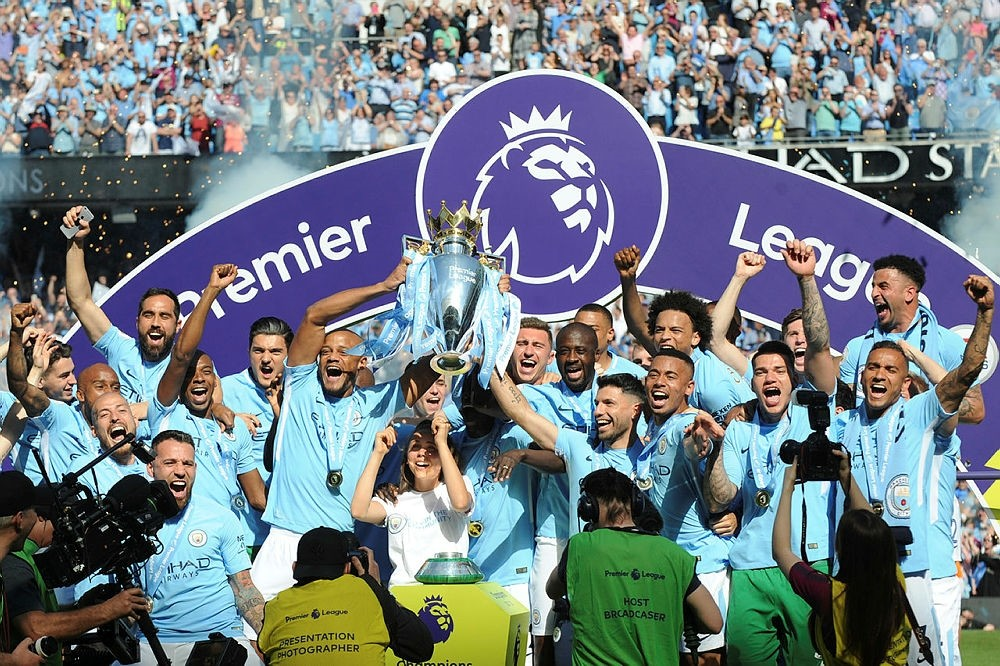 Manchester City players lift the English Premier League trophy after the soccer match between Manchester City and Huddersfield Town at Etihad stadium in Manchester, England, Sunday, May 6, 2018. (AP Photo)
